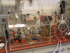 Three reactor modules in the climate chamber with nutrient supply unit (rechts).
